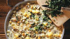 Frische Pilze und Kräuter machen den Genuss perfekt: Kartoffelsuppe mit Champignons | http://eatsmarter.de/rezepte/kartoffelsuppe-mit-champignons-0