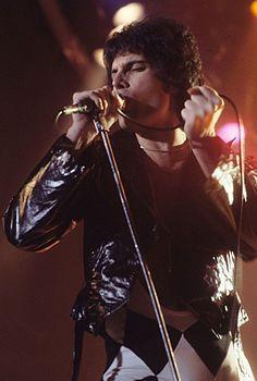 Freddie Mercury in concerto nel 1977