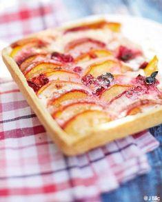 Tarte nectarines-groseilles pour 6 personnes - Recettes Elle à Table Sweet Desserts, Sweet Recipes, Pie Dessert, Dessert Recipes, Pizza Tarts, Nectarine Recipes, Sweet Corner, Sweet Tarts, Breakfast Time