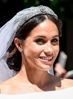 Meghan Markle was a true NATURAL beauty on her Royal Wedding. Who said being modest and makeup free doesn't win the affection of men? Harry Et Meghan, Harry And Meghan Wedding, Harry Wedding, Meghan Markle Wedding, Prince Harry And Megan, Pippa Middleton, Chignons Glamour, Chignon Simple, Prinz Harry