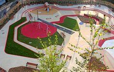 Praça colorida com playground