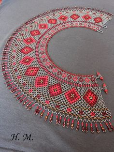 This Pin was discovered by Hat Beading Projects, Beading Tutorials, Beading Patterns, Handmade Beads, Handmade Jewelry, Beaded Necklace Patterns, Beaded Collar, Seed Bead Jewelry, Bijoux Diy