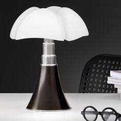 Lampe à poser Minipipistrello tactile, LED, marron, réalisé par Gae Aulenti pour Martinelli Luce. #lampeaposer #minipipistrello #tactile #led #marron #gae #aulenti #martinelli #luce #luminaire #design #interieur #table #lamp #indoor