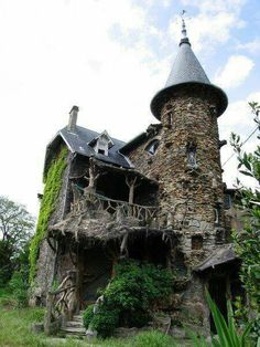 love this.. iw ould so live here and pretend i was a witch to all the kids near my