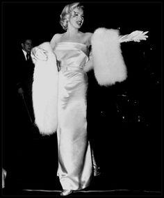 """4 Mars 1953 / (part II) Marilyn et joe sont invités à la Première de la pièce """"Call me madam"""", dont le rôle principal est tenue par Ethel MERMAN, une de ses partenaires du film """"There's no business like show business"""" ; Marilyn trouvera également à cette Première, Donald O'CONNOR, lui aussi un de ses partenaires dans le même film."""