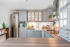 """Čo sa dá """"vytrieskať"""" z Ikey ; Bodbyn Kitchen Grey, Grey Kitchens, Ikea Kitchen, Kitchen Cupboards, Kitchen Reno, Kitchen Layout, Home Kitchens, Kitchen Dining, Bodbyn Grey"""