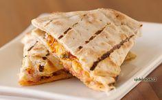Quesadillas se sýrem a kuřecím masem patří mezi velice chutné mexické pokrmy. Vyzkoušejte ho doma také, recept je snadný a v KFC ho prodávají jako Qurrito.