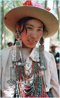 Tibetan lady with silver, coral and turqoise jewelry, bijoux ethnique en argent à la mode.