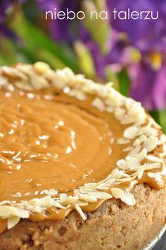 Piekłam go w większej niż zazwyczaj tortownicy. Sernik czekoladowy jest miękki i delikatny, ma kremową konsystencję. Konieczne jest mocne schłodzenie go w