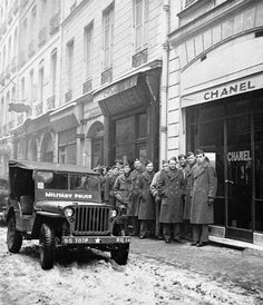 1945 - American soldiers in front of CHANEL Boutique, 31 rue Cambon in Paris to buy the perfume Chanel No. 5 - Photo by Serge Lido. Two worlds converge.