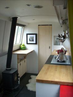 Small Space Inspiration: Life on a House Boat Narrowboat Kitchen, Narrowboat Interiors, Living On A Boat, Tiny Living, Living Spaces, Sailboat Living, Mini Loft, Canal Boat Interior, Sailboat Interior