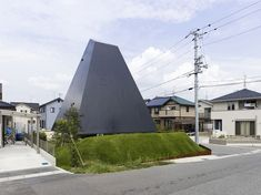 Pyramid House in Saijo by Suppose Design Office. Image Courtesy of Nacasa&Partners Inc. Japanese Buildings, Japanese Architecture, Residential Architecture, Interior Architecture, Creative Architecture, Pyramid House, Suppose Design Office, Office Images, Unique House Design