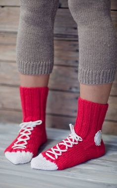 You'll be head over heels for this Crochet Converse Slippers Free Pattern and we have lots of inspiration plus a video tutorial to show you how. Loom Knitting, Knitting Socks, Knitting Patterns, Crochet Patterns, Crochet Slippers, Knit Crochet, Converse Slippers, Crochet Converse, Knitted Booties