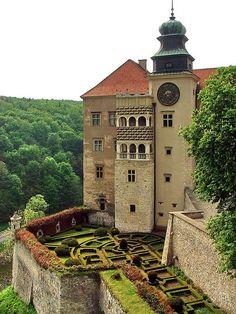 Pieskowa Skała Castle - Sułoszowa, Poland;  built by King Kazimierz Wielki in the first half of the 14th century and rebuilt in the mid-16th century;  photo by Mariusz_Kucharczyk, via Flickr