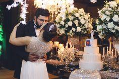 Bolo com surpresa para o noivo, um fã do Superman. Kleber adorou a surpresa de sua esposa Débora. --- This was a wedding cake with a surprise for the groom, a big fan of Superman. Kleber enjoyed so much this surprise.