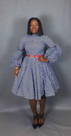 Cette robe plissée est votre robe parfaite pour les grands froids. A des détails de volants sur le col et les manches. Fabriqué à partir de cire de coton authentique imprimé A des poches pour votre commodité Livré sans doublure A fermeture éclair invisible au dos Manches bouffantes Plissée à la taille pour lui donner un look complet. De style avec un jupon (non inclus)