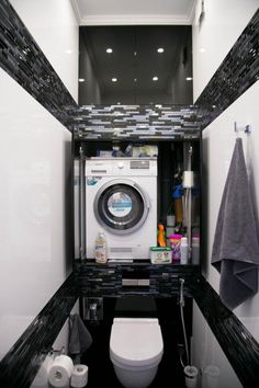 Стиральная машина — это непременный атрибут каждой квартиры. Но далеко не всегда пространство ванной комнаты позволяет «вписать» туда заветную бытовую технику. В поисках места для стиральной машины многие проявляют смекалку и останавливают свой выбор на весьма необычных вариантах. О некоторых из них мы сейчас расскажем