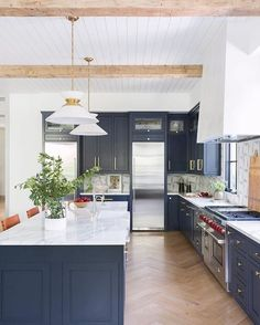 Feb 2020 - A cool, casual and chic California kitchen 🌴 featuring the Alborg Large Stacked Pendant by Chapman & Myers. Design by Kate Lester Interiors. Photography by Amy Bartlam. Kitchen Wall Cabinets, Kitchen Countertops, Kitchen Dining, Kitchen Decor, Navy Blue Kitchen Cabinets, Blue Kitchen Ideas, Kitchen Color Schemes, Aga Kitchen, Cream Cabinets
