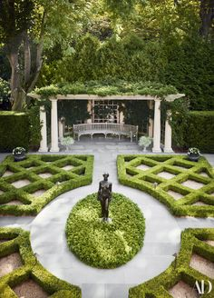 Garden Planning An Idyllic Southampton Retreat by Bunny Williams - The Glam Pad - The home of Mary Ann Tight and Dr. Favid Hidalgo was built on four acres near the ocean in Southampton is stunningly decorated by Bunny Williams. Landscape Plans, Landscape Design, Front Yard Landscaping, Backyard Landscaping, Landscaping Ideas, Luxury Landscaping, Backyard Patio, Labyrinth Design, Amazing Gardens