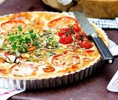 """En underbart smakfull paj där getostens pikanta sälta gifter sig galant med sötman från tomaterna. Välj gärna flera olika sorters tomater och lägg i ett vackert mönster. Baka gärna pajen i förväg. Då """"sätter"""" den sig och blir lättare att skära i fina bitar, till buffén eller fredagsmyset."""