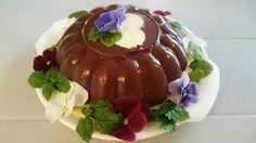 Sjokoladepudding, laget og dekorert av mine jenter