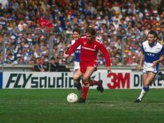 Liverpool v Everton at Wembley in the 1986 FA Cup final.  Liverpool's Kenny Dalglish (c) gets away from Everton's Paul Bracewell (l) and Peter Reid (r)