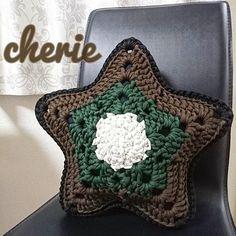 *° 【 オーダー品 】 スタークッション ブラウン × カーキ × ホワイト 裏→ブラック × グレー × ホワイト ⚪幅約40cm ⚪ズパゲッティ使用でしっかりした作り ⚪毛玉になりにくい 秋冬カラーでいい感じ 気に入って頂けますように お問い合わせはお気軽にコメント・DMからどうぞ : : #shop__cherie#hoookedzpagetti#zpagetti#crochet#knitting#handmade#star#sea#love#cute#smile#ハンドメイド#手作り#手編み#編み物#かぎあみ#かぎ編み#かぎ針編み#ズパゲッティ#星#スター#クッション#オーダー#販売#オーダー受付中