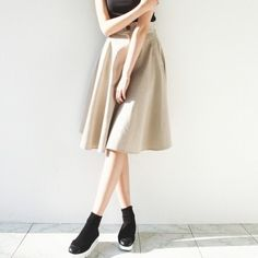 [Beige Flare Skirt] A midi length skirt featuring an elasticized waist band. Two pockets. Zip fly, button waist. Belt loops. Also can be worn as high-waisted skirt. A great natural style cotton skirt for Autumn.