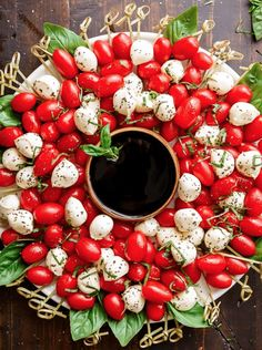 Caprese Salad Christmas Wreath is a festive and healthy appetiser for your Christmas table! Only 5 m&; Caprese Salad Christmas Wreath is a festive and healthy appetiser for your Christmas table! Only 5 m&; Healthy Appetizers, Appetizers For Party, Appetizer Recipes, Appetizer Ideas, Appetizer Dinner, Healthy Brunch, Cheese Appetizers, Healthy Dinners, Salade Caprese