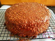 Un vrai gâteau de fête, gourmand et beau. Caché sous un nappage gourmand comme un rocher praliné, la génoise dévoile un cœur vanill...