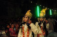 Artisti indiani si esibiscono in uno spettacolo teatrale che racconta la vita della divinità indù Rama nel corso della festa di Dussehra, ad Allahabad. - (Sanjay Kanojia, Afp)