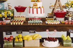 """Festa de 1 ano no tema """"quitanda""""! A festa estava cheia de frutas frescas, como comida e decoração! Inspiração linda para uma festa super criativa."""