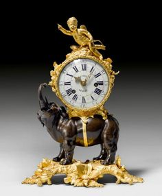"""KAMINPENDULE """"A L'ELEPHANT"""", Louis XV, das Modell aus einer Pariser Meisterwerkstatt, das Zifferbla — Uhren: Standuhr, Wanduhr, Tischuhr, Armbanduhr, Taschenuhr, Rolex, GMT Master, Submariner, Cartier, Tank, Jaeger-LeCoultre, Patek Philippe, Breguet, Glashütte; IWC"""