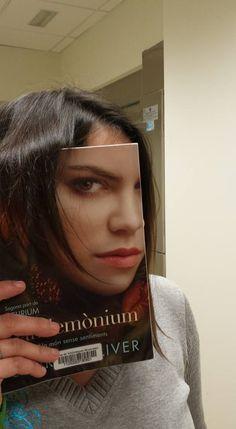 """A la biblioteca SAV ens unim a la iniciativa de la NYPL The New York Public Library #bookfacefriday amb el llibre """"Pandemònium"""" de Lauren Oliver"""