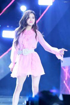 """(HQ) 170924 SBS Inkigayo Super Concert in Daejeon 4* Her legs♀️ #BLACKPINK #ROSÉ #블랙핑크 #로제 #ROSE (By RoseChinabar, ❌crop the logo)"""