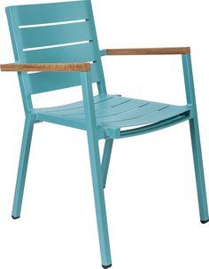 25.25 Alu AC, hier in het blauw, is een stapelbare aluminium terrasstoel. Het frame is gecoat en de zitting en rugleuning zijn van aluminium. De armleggers zijn uitgevoerd in onbehandeld teak. De stoel is verkrijgbaar in diverse kleuren.