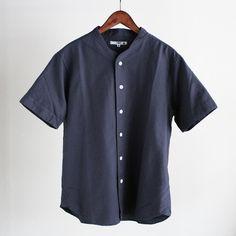 モダン&クラシックなYMCのベースボールシャツ。 クラシックなボディに首周りのディティールがお洒落。着心地の良いソフトな素材は、オックスフォードコットン100%。インナーにホワイトTシャツを重ねても面白い。