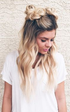Lässig, schön und doch verspielt: diese Frisur ist einfach alles. Die leichten Haarknoten sehen super lässig ab und die offene lange Mähne zeigt einen wunderschönen Farbverlauf. blond / Zopf / Frisur / Zopf / hair / hair trends / Haare / Frisör / Friseur / weiß / Shirt   Stylefeed