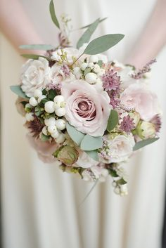 Winter bouquet Amnesia rose and white berry. Such a lovely bouquet I want something like thiss :) Winter Wedding Flowers, Bridal Flowers, Mauve Wedding, Spring Wedding, Bride Bouquets, Bridesmaid Bouquet, Bridesmaids, Blush Bouquet, Flower Bouquets