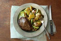 Rosarot gebratenes Rindersteak mit cremigem Kräuter-Kartoffel-Gurkensalat Rezept | HelloFresh