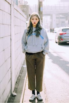Korean Fashion Trends you can Steal – Designer Fashion Tips Korean Fashion Trends, Fashion 101, Asian Fashion, Girl Fashion, Fashion Outfits, Womens Fashion, Minimal Outfit, How To Pose, Korean Outfits