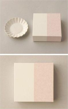 【輪花小皿2組セット用紙箱(中川政七商店)】/輪花小皿が2枚入る紙箱です。 赤と白の二色を合わせた見た目にすっきりとしたデザインです。 引き出物やお祝いなど、大切な方への贈りものにもどうぞ。 #package #weddinggift #gifts #giftbox