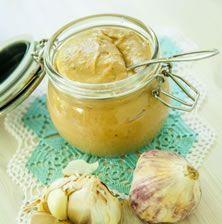 Πρωτότυπη, βελούδινη, μοναδική και πολύ ήπια σε γεύση, αφού τα σκόρδα ψήνονται στο φούρνο με μέλι, χάνοντας κάθε ίχνος της δυσάρεστης μυρωδιάς τους Appetizer Dips, Deli, Salsa, Peanut Butter, Recipies, Spices, Food And Drink, Herbs, Cooking