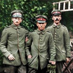 A young and skinny Adolf Hitler in World War I at the age of His friend Max Amann stands in the middle. Note that both men are wearing their Iron Cross second class, interwoven around the second button on their uniform jackets. Ww1 History, Military History, World History, World War One, First World, Manfred Von Richthofen, Ww1 Soldiers, Germany Ww2, Colorized Photos
