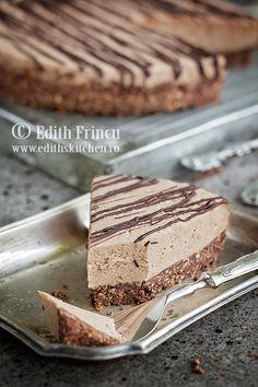 Chocolate cheesecake Cheesecake cu ciocolata - un cheesecake fara coacere, cu blat de biscuiti si crema delicioasa de branza cu biscuiti si cacao.