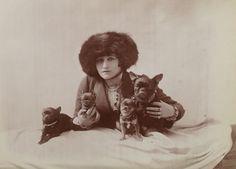 Colette avec des chiens (album Reutlinger, vol. 55)