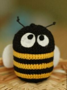 Crocheted Bee on Kinder Surprise container Crochet Bee, Love Crochet, Crochet For Kids, Crochet Dolls, Crochet Flowers, Crochet Hats, Bee Happy, Crochet Animals, Knitted Hats