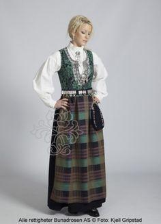 Nordmørsbunad til dame - BunadRosen AS Kristiansund, Folk Costume, Costumes, Norwegian Clothing, Norwegian Wedding, Medieval Dress, Bridal Crown, Traditional Dresses, Norway