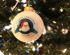 A+hagyományos+bécsi+karácsonyi+séták+legújabb+célpontja+lehet+a+nemrégiben+megnyílt+Wiener+Christmas+Salon.+A+belváros+szívében,+a+Ferences+rendi+templom+mellett+találunk+rá+a+boltívek+alatt+megbújó+kis+üzletre,+amelynek+berendezése+minden+belépőt+nosztalgikus+hangulatba+ringat,+miközben… Christmas Salon, Christmas Bulbs, Minden, Evo, Holiday Decor, Christmas Light Bulbs