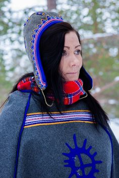 Luhkka with ribbon and Sami sun symbol. – Love the idea of a Sami symbol on the luhkka! (It is cut out from wool and sewn on.)
